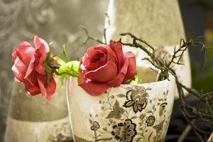 Украшение стола цветами.